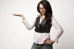 Foto des Zeigens der Geschäftsfrau in den Gläsern stockfotos