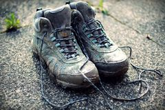 Foto descolorada retra de botas que caminan sucias en la acera Imagen de archivo