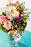 Foto desde arriba del ramo romántico de rosas rosadas, lirios, hojas verdes fotografía de archivo
