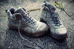 Foto desvanecida retro de botas de passeio sujas no passeio fotos de stock royalty free