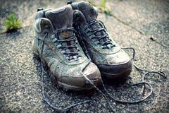 Foto desvanecida retro de botas de passeio sujas no passeio imagem de stock