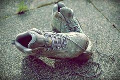 Foto desvanecida retro de botas de passeio sujas no passeio fotografia de stock royalty free
