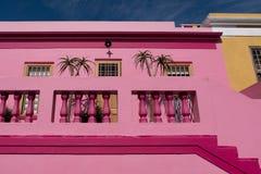Foto detalhada das casas no quarto malaio, BO-Kaap, Cape Town, África do Sul Área histórica de casas brilhantemente pintadas imagens de stock royalty free