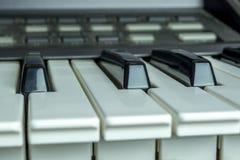 A foto detalhada e próxima sobre o piano fecha o fundo imagem de stock