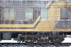 Foto detallada de un tren de pasajeros congelado del coche con los carámbanos y el hielo en su superficie Ferrocarril en el seaso Foto de archivo libre de regalías