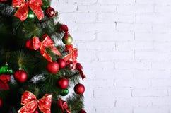 Foto detallada del árbol de navidad adornado con los regalos, los juguetes esféricos coloreados brillantes, las cintas y el prime Fotos de archivo