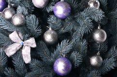 Foto detallada del árbol de navidad adornado con los regalos, los juguetes esféricos coloreados brillantes, las cintas y el prime Imagen de archivo