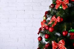 Foto detallada del árbol de navidad en el backgro blanco de la pared de ladrillo Fotografía de archivo