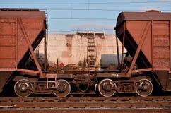 Foto detallada del coche de carga ferroviario Un fragmento de las piezas del coche de carga en el ferrocarril en dayligh fotos de archivo