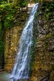 Foto di alta cascata in montagne carpatiche Fotografia Stock