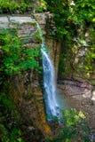 Foto di alta cascata in montagne carpatiche Fotografie Stock