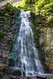 Foto di alta cascata in montagne carpatiche Fotografia Stock Libera da Diritti