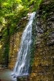 Foto di alta cascata in montagne carpatiche Immagini Stock Libere da Diritti