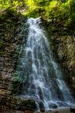 Foto di alta cascata in montagne carpatiche Immagini Stock