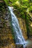 Foto di alta cascata in montagne carpatiche Fotografie Stock Libere da Diritti