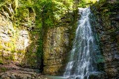 Foto di alta cascata in montagne carpatiche Immagine Stock Libera da Diritti