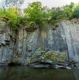 Foto di alta parete della roccia sul fiume della montagna Immagini Stock Libere da Diritti