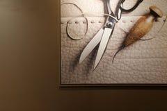 Foto di arte delle forbici, del cuoio e del filo nel telaio della foto sulla parete Fotografia Stock