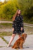 Foto di arti di una signora splendida con il cane in una foresta misteriosa fotografia stock libera da diritti