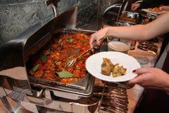 Foto di Bain Marie d'acciaio aperto sul supporto con un piatto di cucina italiana - pasta con il basilico del pomodoro e la carne Fotografie Stock