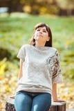 Foto di bella donna abbastanza castana in parco Fotografia Stock