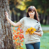Foto di bella donna abbastanza castana in parco Fotografie Stock