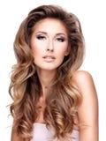 Foto di bella donna con capelli ondulati lunghi Immagini Stock