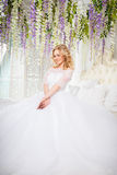 Foto di bella sposa bionda in un vestito da sposa lussuoso nell'interno Immagine Stock Libera da Diritti