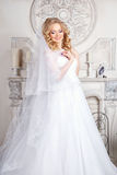 Foto di bella sposa bionda in un vestito da sposa lussuoso nell'interno Immagini Stock Libere da Diritti