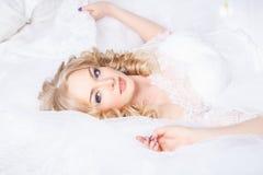 Foto di bella sposa bionda in un vestito da sposa lussuoso nell'interno Fotografie Stock