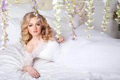 Foto di bella sposa bionda in un vestito da sposa lussuoso nell'interno Fotografia Stock Libera da Diritti