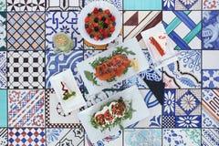 Foto di brunch/di pranzo/prima colazione visualizzata sulle mattonelle variopinte fotografia stock