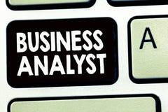 Foto di Business dell'analista di affari di rappresentazione della nota di scrittura che montra qualcuno che analizzi il grande d fotografia stock libera da diritti