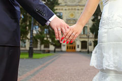 Foto di cerimonia nuziale delle mani della holding della coppia sposata Immagine Stock Libera da Diritti