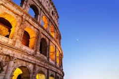 Foto di Colosseum di notte con gli arché accesi luminosi Immagine Stock Libera da Diritti