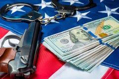 foto di concetto di soldi e delle armi afferrati sulla bandiera americana - crimine immagini stock libere da diritti