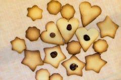 Foto di cottura casalinga divertente, biscotti di biscotto al burro dolci con il dado immagini stock