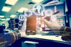 Foto di doppia esposizione, telefono cellulare commovente della mano per usando busi Fotografia Stock