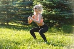 Foto di forma fisica di pratica dell'atleta femminile Fotografia Stock