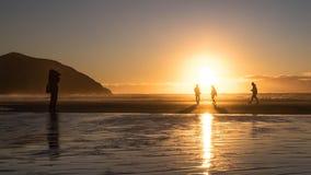 Foto di fucilazione di un fotografo di viaggio della gente sulla spiaggia immagini stock