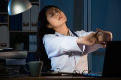 Foto di giovane allungamento femminile stanco di medico Fotografie Stock