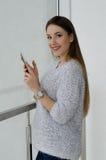 Foto di giovane bella donna sorridente felice con capelli lunghi Immagine Stock