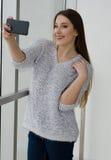 Foto di giovane bella donna sorridente felice con capelli lunghi Fotografia Stock Libera da Diritti