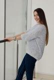 Foto di giovane bella donna sorridente felice con capelli lunghi Fotografia Stock