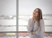 Foto di giovane bella donna sorridente felice con capelli lunghi Gir Immagine Stock
