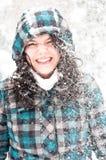 Foto di giovane donna nella neve immagini stock