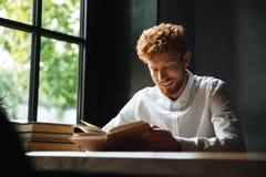 Foto di giovane uomo barbuto sorridente del readhead in readi bianco della camicia Immagini Stock