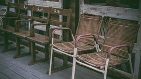 Foto di legno all'aperto comode d'annata della sedia fotografia stock
