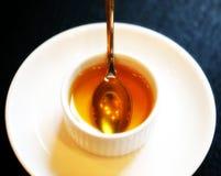 Foto di macro tazza con miele Immagini Stock