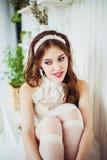 Foto di modo del vestito da sposa d'uso sorridente dalla ragazza Fotografia Stock